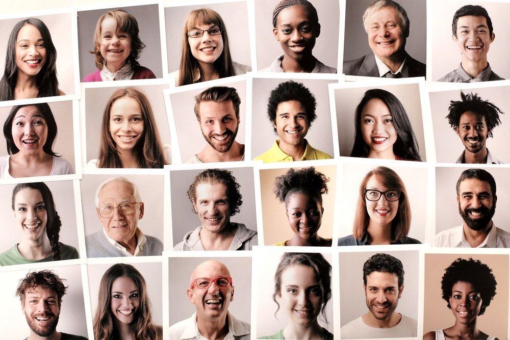 Allemaal pasfoto's van verschillende mensen - foto van Shutterstock door Ollyy