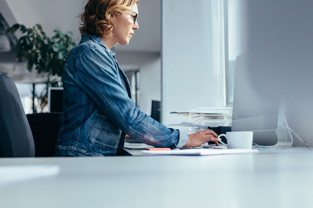 vrouw achter laptop zoekt iets - white hat SEO